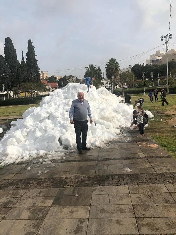 רחמים מלול על רקע השלג בגן המייסדים ברחובות