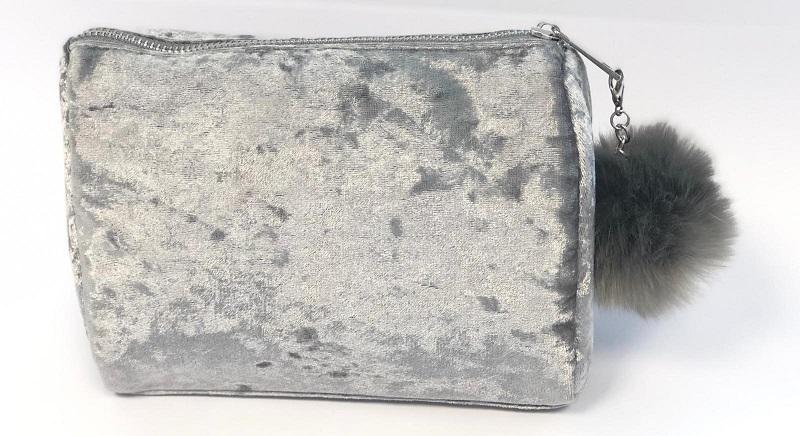 תיק איפור במתנה בקנייה מעל 99 שקלים