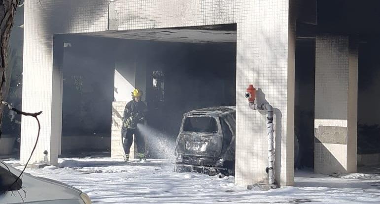 רכב עלה באש בחניון בניין מגורים בשכונת היובל
