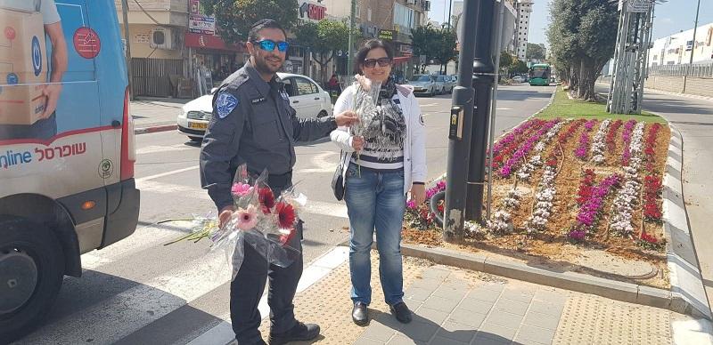 חלוקת פרחים ליום האישה