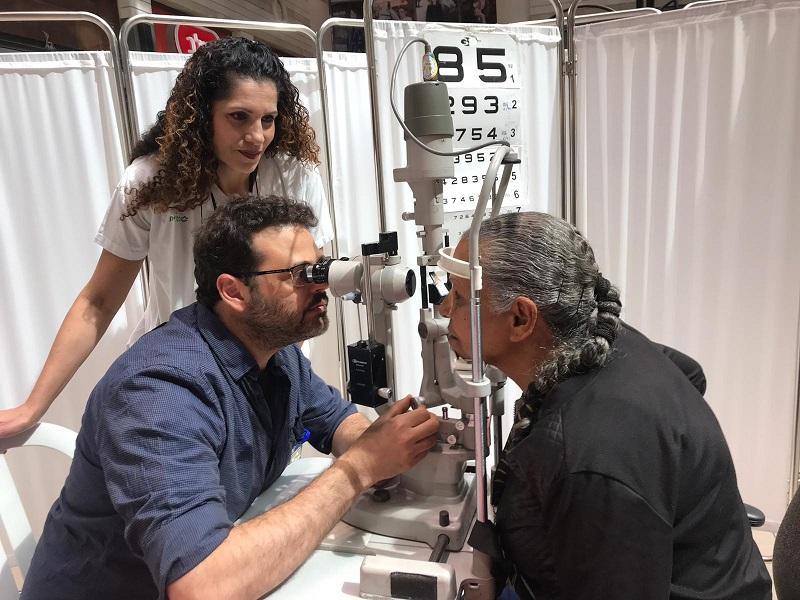 צוות מחלקת עיניים בקפלן בבדיקות גלאוקומה בקניון רחובות (צילום: אופיר לוי, בית החולים קפלן)