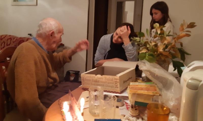 ביקור של קשישותא בביתו של קשיש ערירי בחנוכה