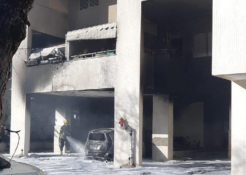 רכב עלה באש בחניון בנין מגורים בשכונת היובל