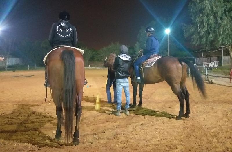 נוער חוויות גבירול-ההולנדית בקורס רכיבה על סוסים