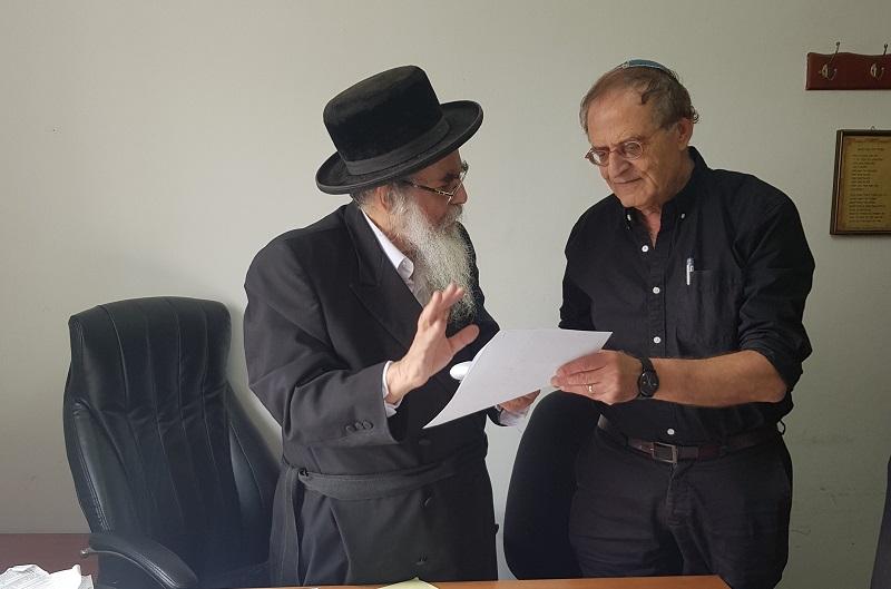 דורון מילברג והרב ישראל רובין במהלך מכירת החמץ