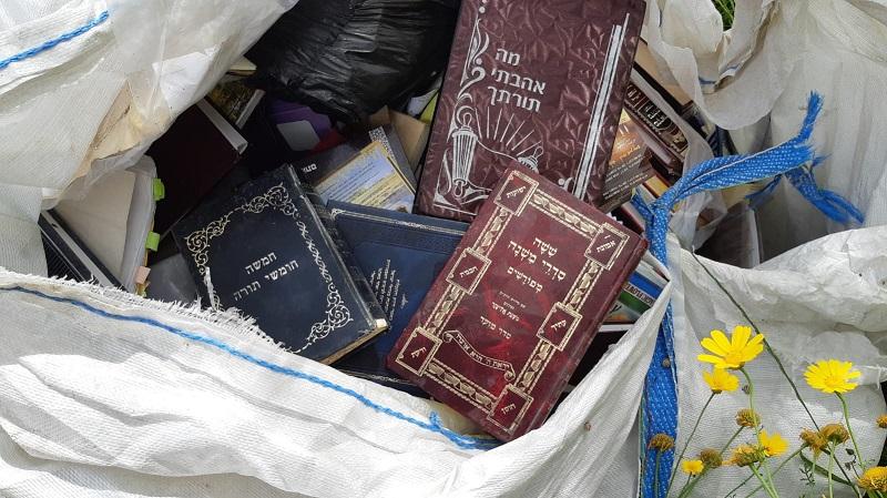 ספרי תורה שנמצאו זרוקים בסמוך לבית העלמין ברחובות