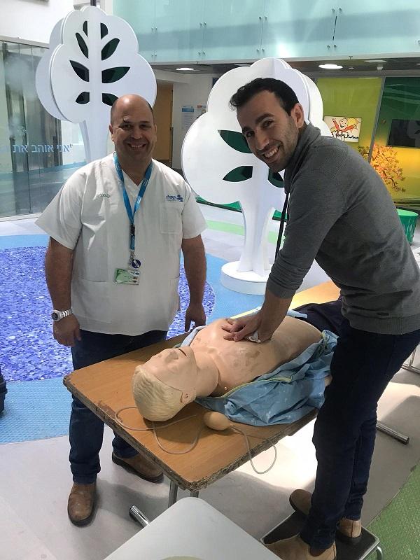 הצוות הרפואי בקפלן מבצע הדרכות החייאה למבקרים
