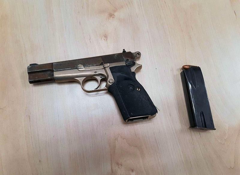 אקדח שהושלך במהלך מרדף משטרתי (צילום: דוברות המשטרה)