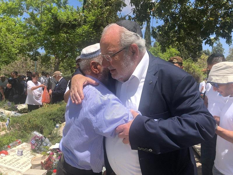 רחמים מלול עם אביו של עינן שרעבי ז״ל, שנפל במבצע חומת מגן