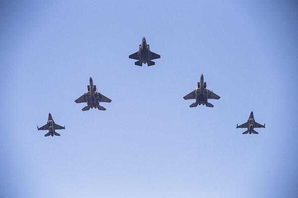 הרימו עיניים לשמיים: בשעה 10:55 יעבור מטס חיל האוויר מעל רחובות ונס ציונה. בבסיס תל נוף הסמוך יתקיימו מטסים ומפגני ראווה נוספים. כל הפרטים
