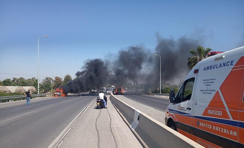 רכב עולה באש בכביש 411