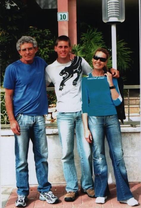 קובי עם הוריו אליעזר ופלורה