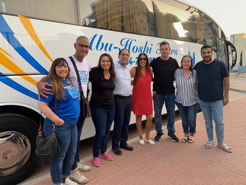 חברי המועצה מרחובות בדרך להפגנה בתל אביב