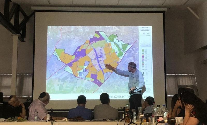 האדריכל מנדי רוזנפלד מציג את עקרונות תוכנית מזרח העיר רחובות