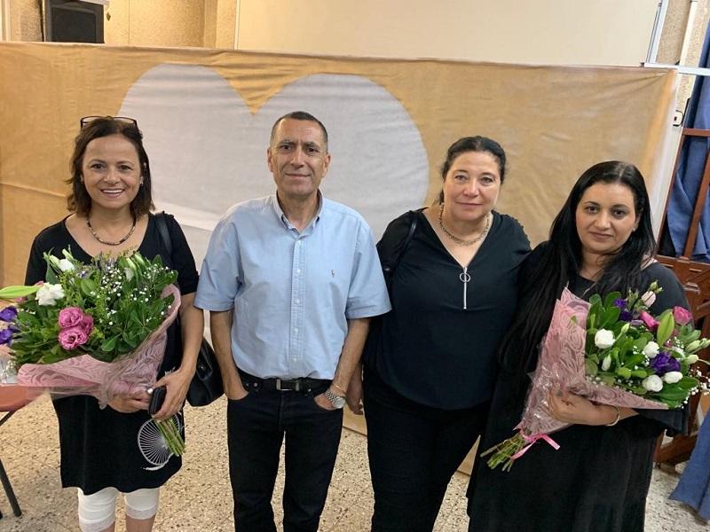 """מחנכות י""""ב לימור צעידי, שרונה אבני ואורלי ראובן עם הרצל שקרצי, מנהל בית הספר ויצו טכנולוגי לאמנויות"""