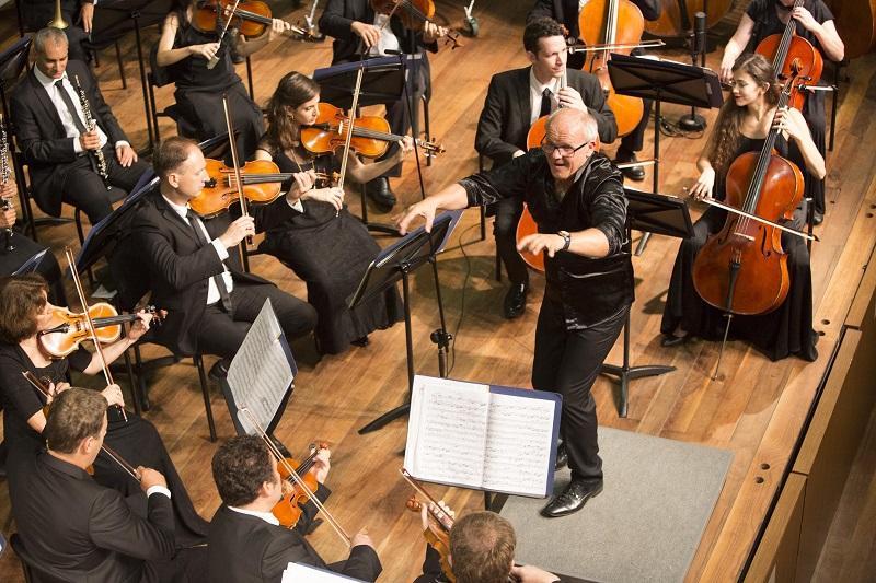 תזמורת נתניה הקאמרית הקיבוצית וכריסטיאן לינדברג (צילום: כפיר בולוטין)