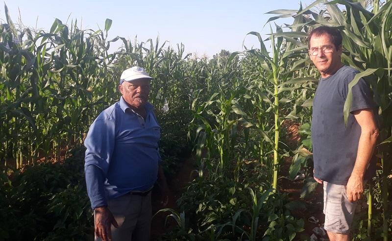 פרופ' אלון סמך ואחד התושבים משכונת קרית משה בחלקות שהוקצו עבורם בפקולטה לחקלאות