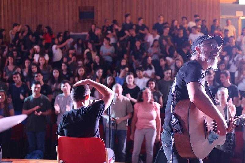 """להקת """"רוח חדשה"""" בהופעה בפני תלמידי בית הספר קציר (צילום: דורית גוזי)"""