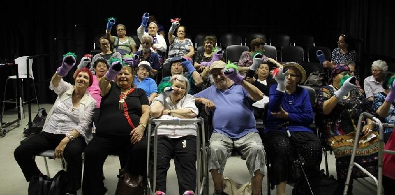 """מבקרים ממרכז היום של על""""ה במרכז תיאטרון הבובות בחולון (צילום: אביטל בורג)"""
