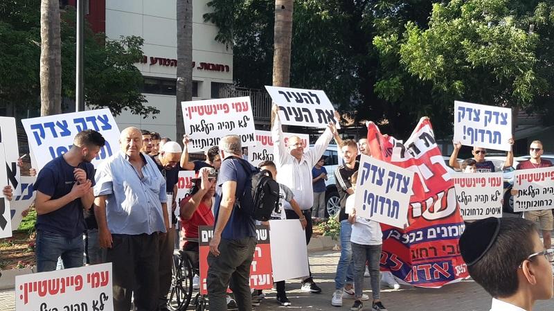 ההפגנה של עמי פינשטיין ותומכיו מחוץ לישיבת מועצת רחובות