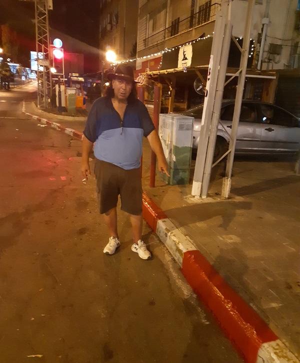 עמי פינשטיין ומדרכות רחוב הרצל שנצבעו אדום לבן