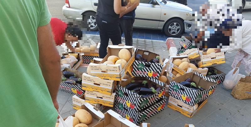 ארגזי המזון מחוץ לישיבת מועצת רחובות