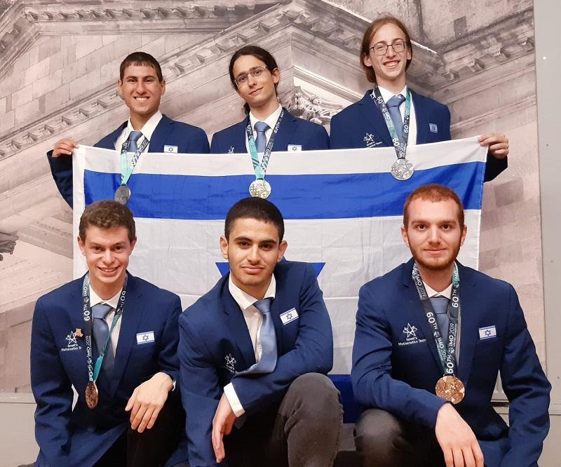 נבחרת ישראל במתמטיקה. בשורה התחתונה משמאל: שחר פרידמן מתיכון דה שליט