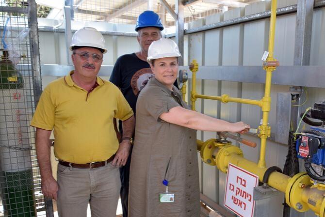 צוות ההנהלה האדמיניסטרטיבי של בית החולים קפלן ליד ידית מערכת הגז הטבעי