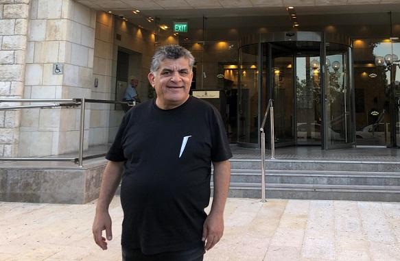 יגאל עדיקא בכניסה למלון דן פנורמה ירושלים (צילום: באדיבות דן פנורמה ירושלים)