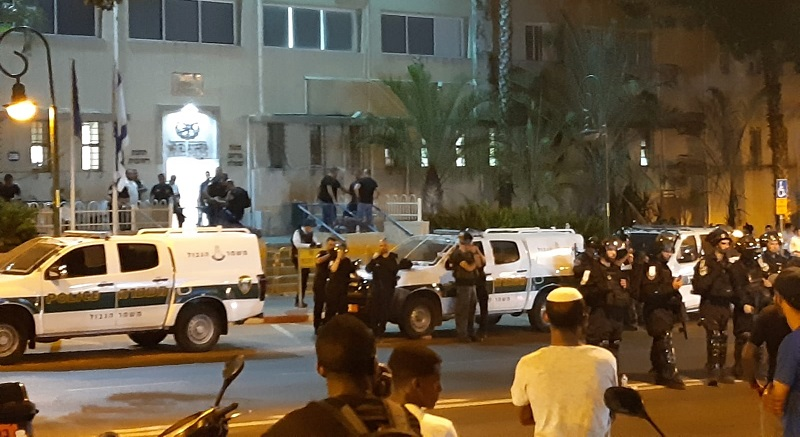 מחאת האתיופים מול תחנת משטרת רחובות