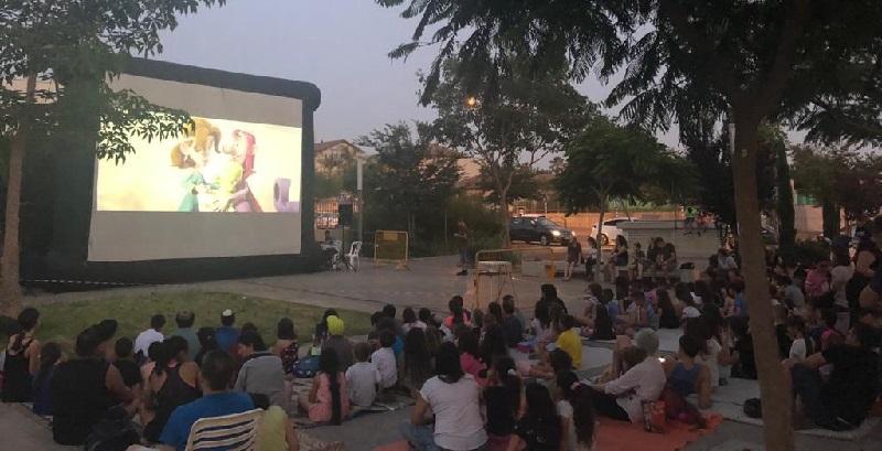 """סרט ברחבת מתנ""""ס חוויות שווייץ בשכונת רחובות החדשה"""