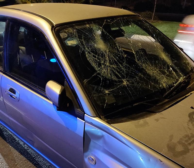 רכב של אישה בהריון ובעלה שהותקף במהלך מחאת האתיופים (צילום: דוברות איחוד הצלה)