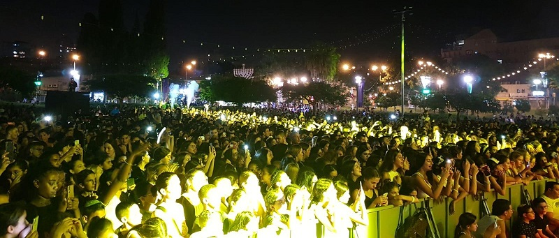 בני הנוער בהופעה בגן המייסדים