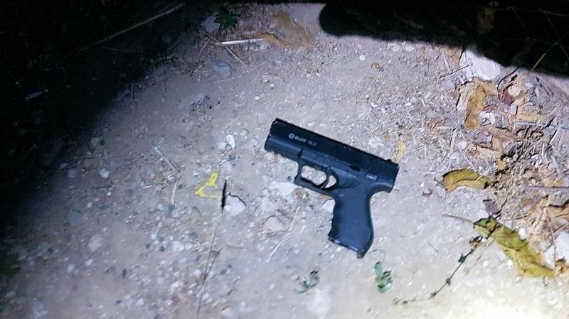 האקדח שהשליך הצעיר (צילום: דוברות המשטרה)