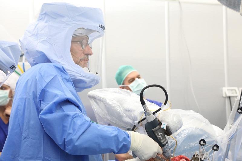 """ד""""ר ואדים בנקוביץ במהלך הניתוח (צילום: שמואל שליש)"""