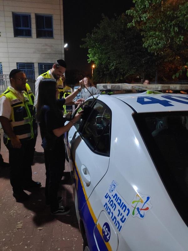 מתנדבי ארגון ידידים בהכשרה לחילוץ ילדים מרכבים נעולים (צילום: דוברות ידידים)