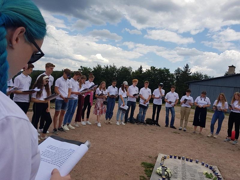 בני הנוער באתר מחנה הריכוז שטרוטהוף