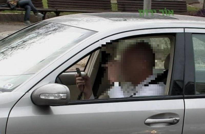 שימוש בטלפון תוך כדי נהיגה (צילום: עמותת אור ירוק)