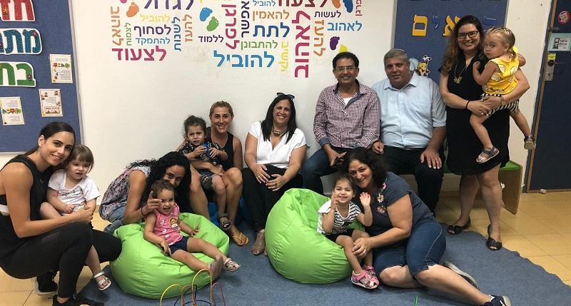 ראשי רשת חוויות במעון צעדים המדע יחד עם ההורים והילדים הנרגשים