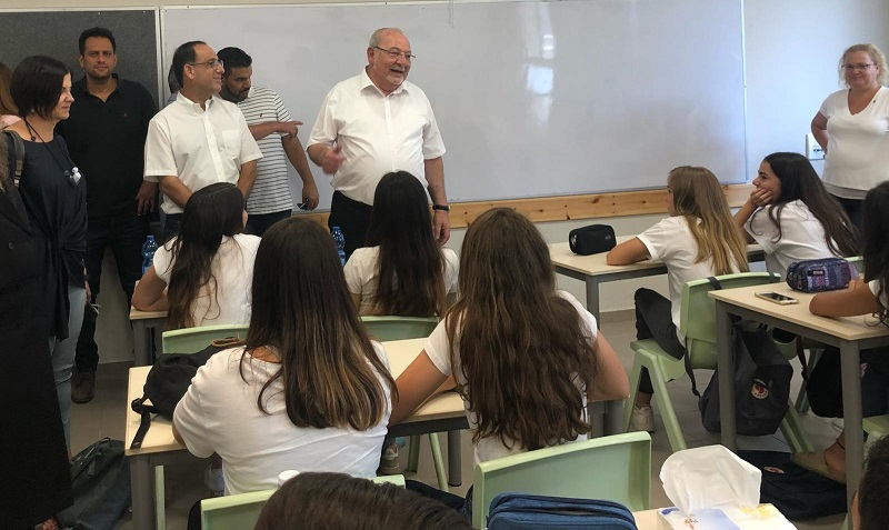 בכירי עיריית רחובות עם תלמידי קרית החינוך קציר