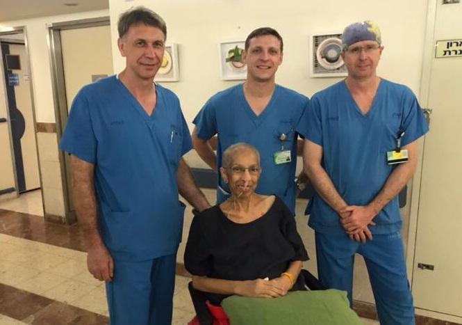 מרים באסל והצוות הרפואי (צילום: אופיר לוי, בית החולים קפלן)
