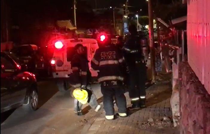 כוחות הכיבוי בשריפה שפרצה בבית ברחוב יעקב מדהלה ברחובות