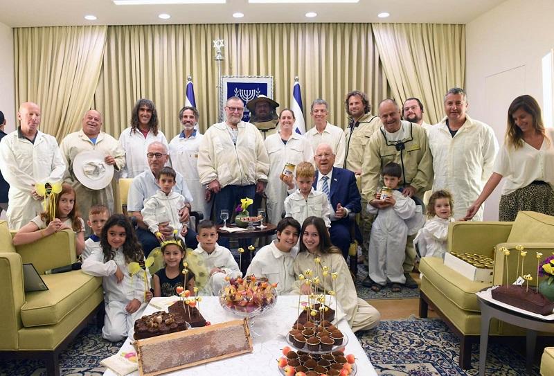 """נציגי מועצת הדבש והדבוראים עם נשיא המדינה (צילום: מארק ניימן, לע""""מ)"""