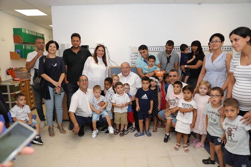 בכירי עיריית רחובות עם ילדי הגן החדש ברחוב ה׳ באייר