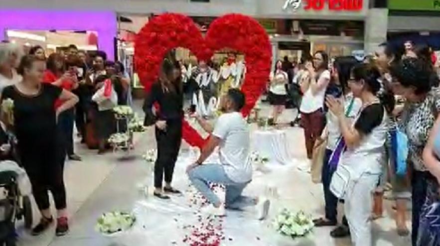 """הצעת נישואין בקניון רחובות (צילום: """"ההצעה המושלמת"""")"""