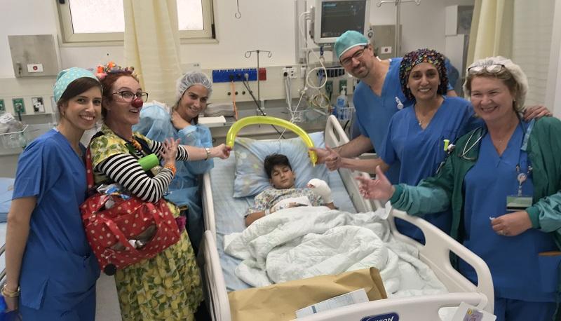 צוות חדר ניתוח בקפלן חוגג לאלון יום הולדת 12 (צילום: אופיר לוי)