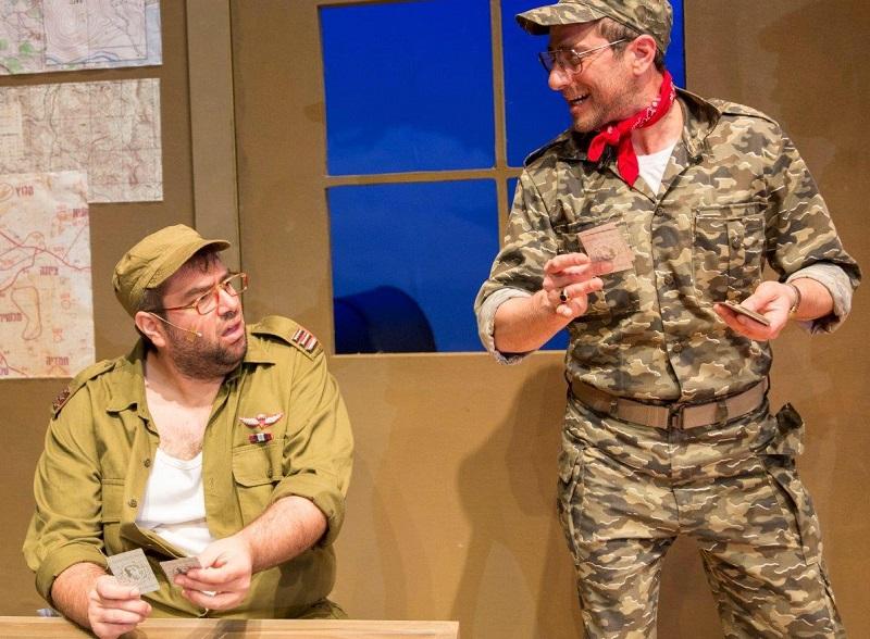 בן יוסיפוביץ׳ (משמאל) בהצגה ״גבעת חלפון אינה עונה״