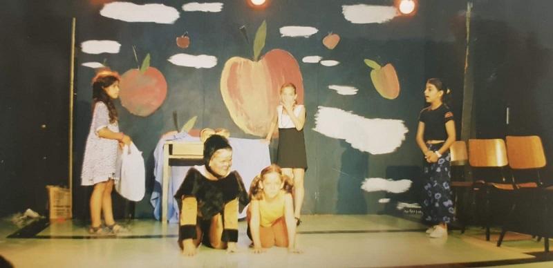 בן יוסיפוביץ' מופיע בבימת הנוער כילד (שני משמאל)