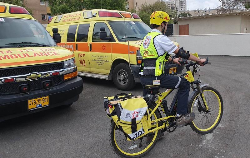 """רוכב אופניים חשמליים של מד""""א (צילום: דוברות מד""""א)"""