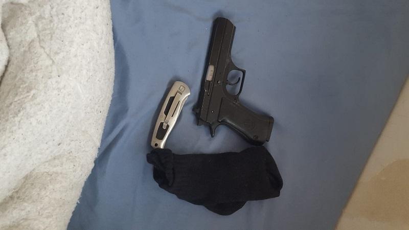 האקדח שנחטף למאבטח (צילום: דוברות המשטרה)